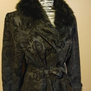 Long black damask coat with detachable fur collar